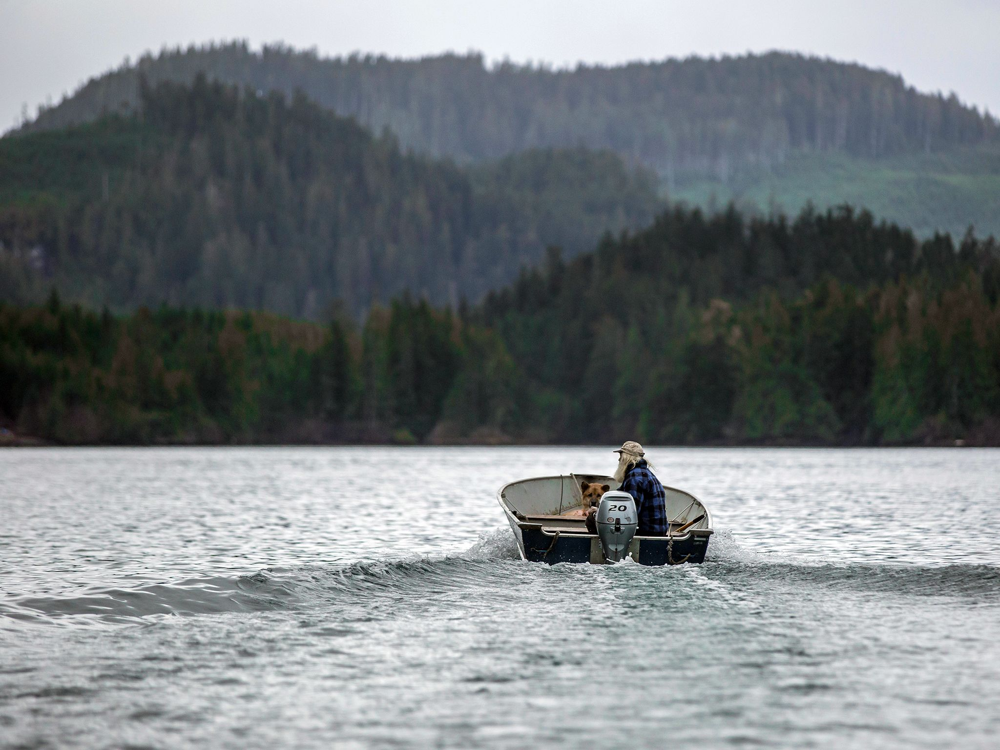 Port Protection, Alaska: Gary drives his boat to the place where he wants to forage for clams. Th... [Dagens foto - november 2015]