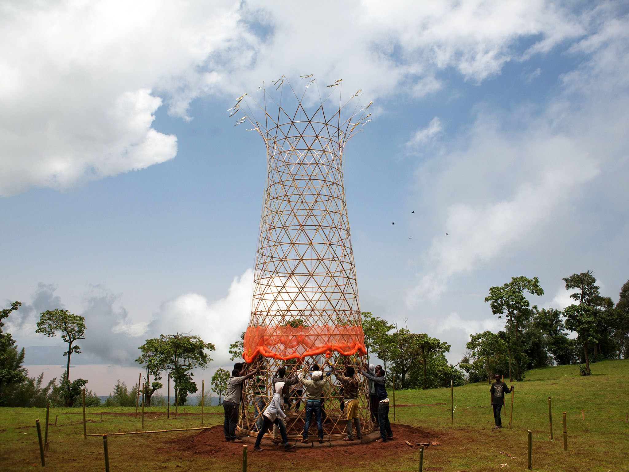 Ethiopian Architecture students assemble  the components of a tower that is designed by Italian... [Photo of the day - 十一月 2015]