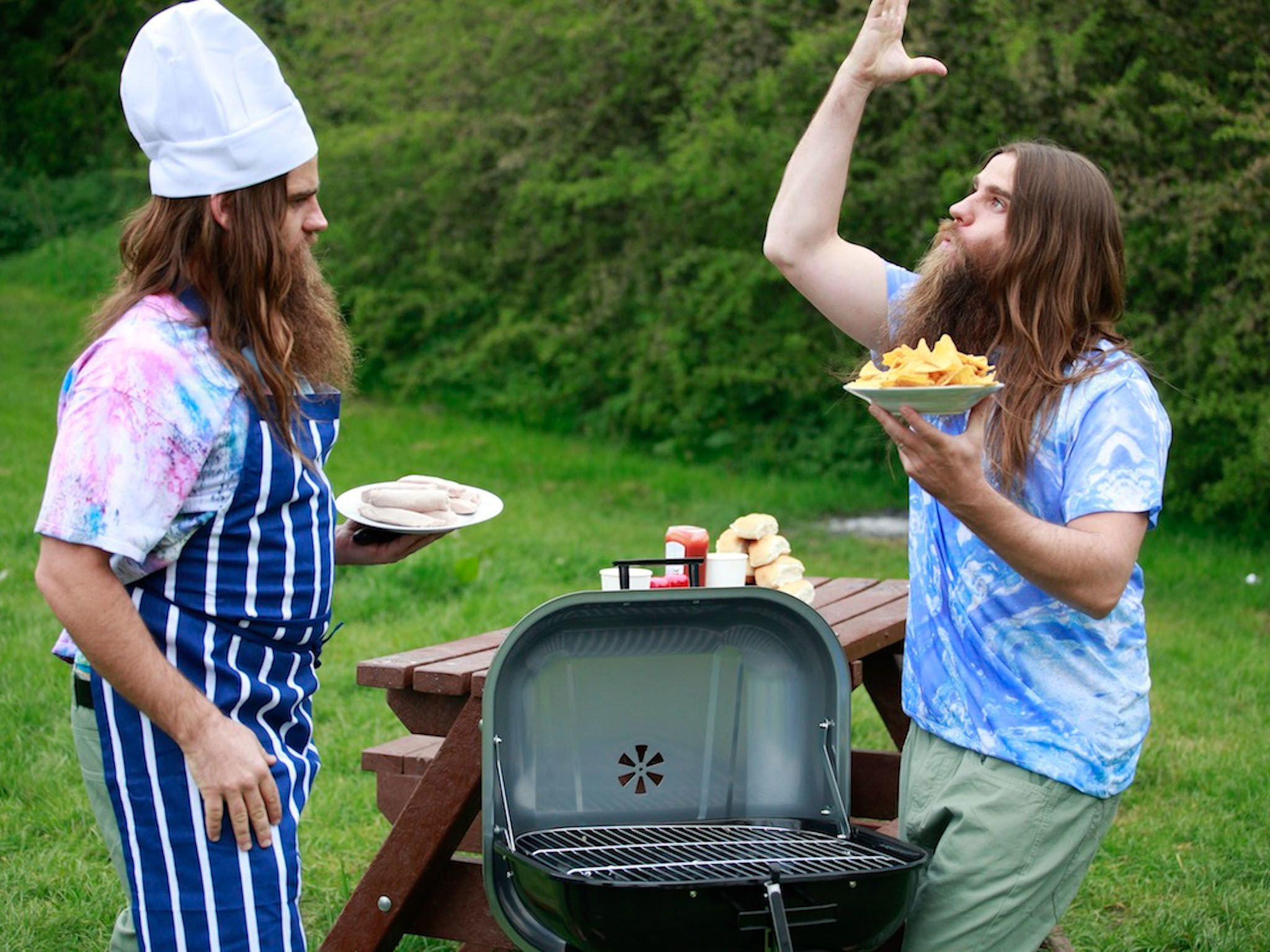 London: It's a glorious summer day and The Twins are having a BBQ.  They have released they have... [Photo of the day - 十一月 2015]