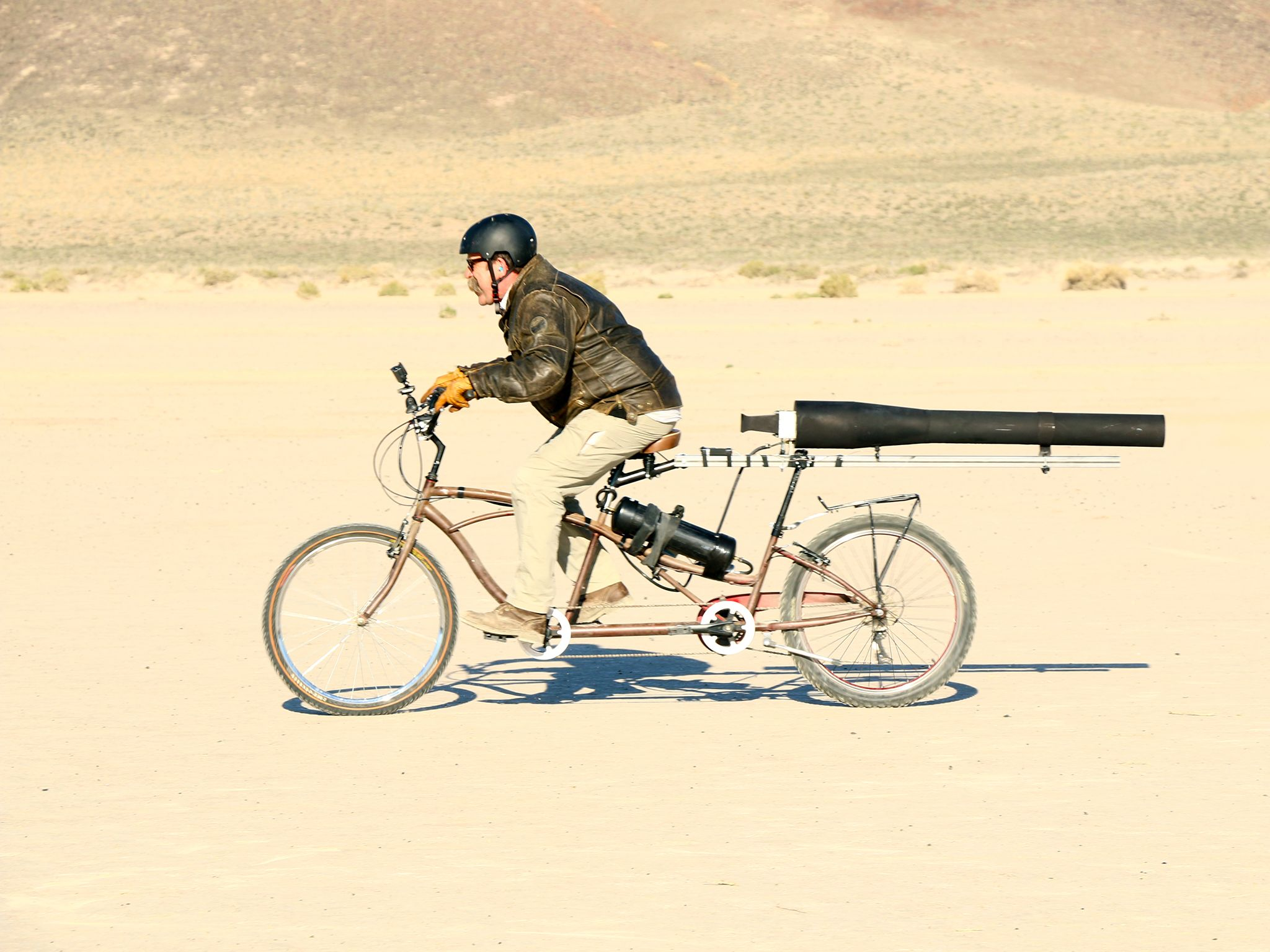 Fallon, Nev.:  Engineer, Dick Strawbridge tests his rocket powered bike. This image is from... [Photo of the day - دسامبر 2015]