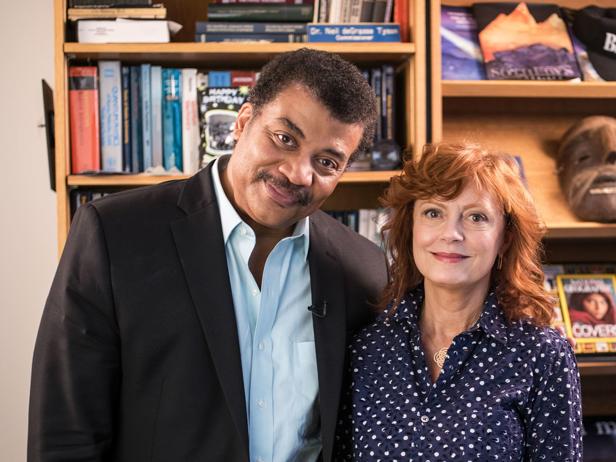 New York, N.Y.: Neil deGrasse Tyson and Susan Sarandon in Neil's office at the American Museum... [Photo of the day - ژانویه 2016]