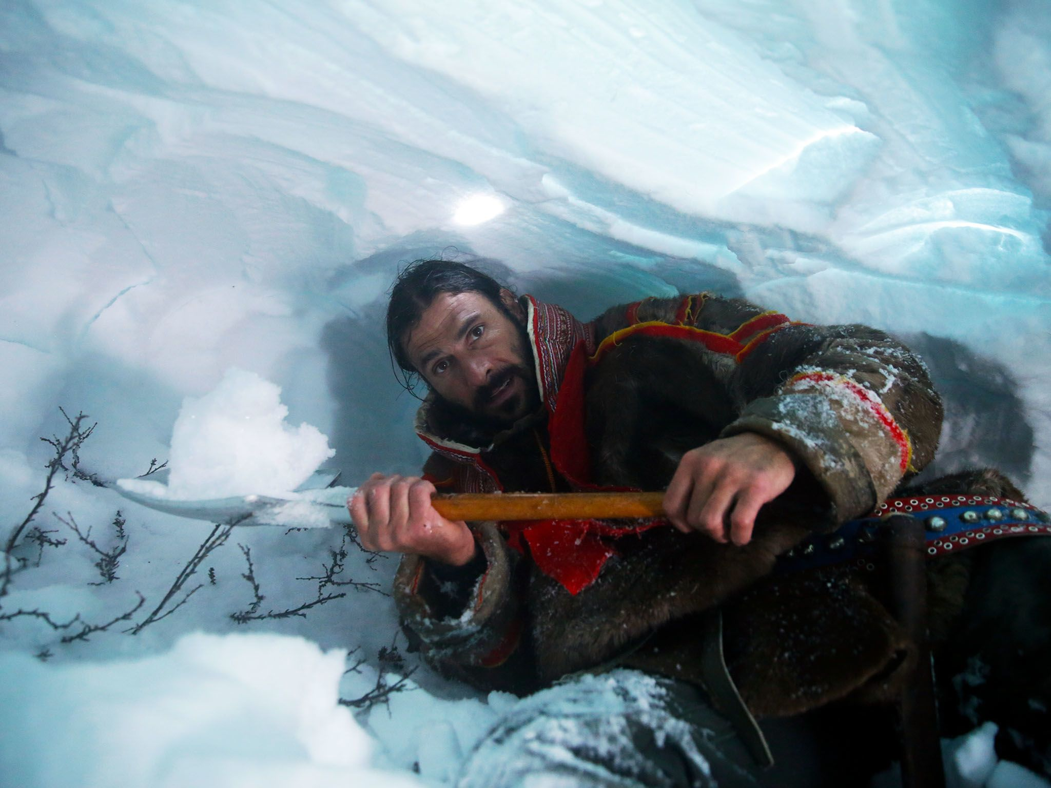 Norway: Hazen digging an ice cave so he can sleep protected from the blizzard. This image is... [Photo of the day - ژانویه 2016]