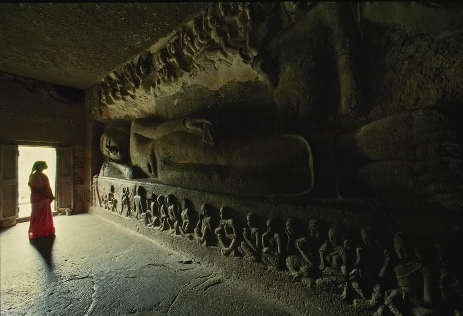 Buddhist monks began cutting Ajanta's caves into a curving gorge in the first century BC. The sit... [תמונת היום - יוני 2011]