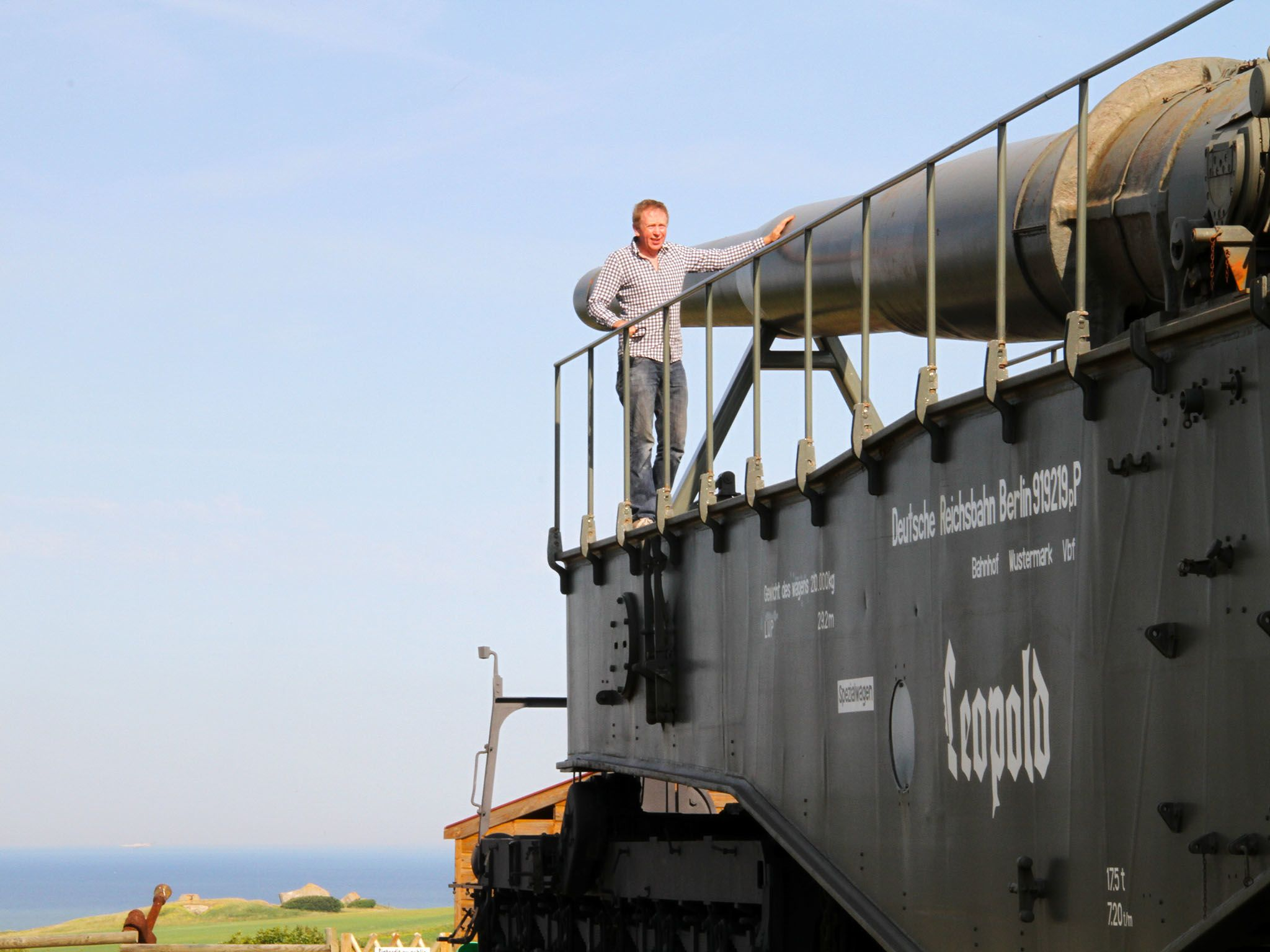 Hugh Hunt in front of a Nazi Railway gun in France. This image is from Hitler's Supergun. [Photo of the day - 三月 2016]