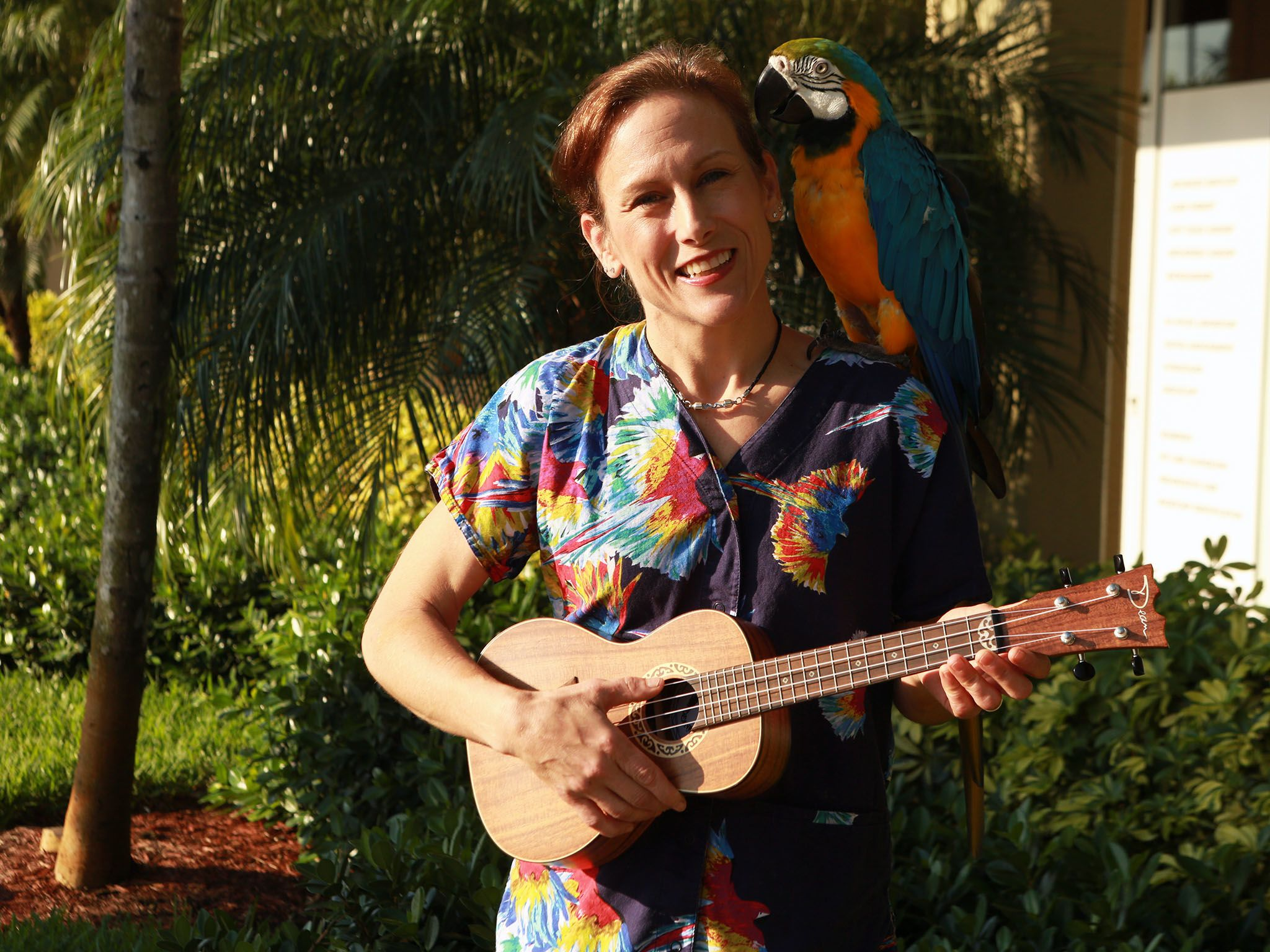 Deerfield Beach, FL, USA:  Dr. Susan Kelleher's blue and gold Macaw, Xander, being serenaded... [Photo of the day - 四月 2016]