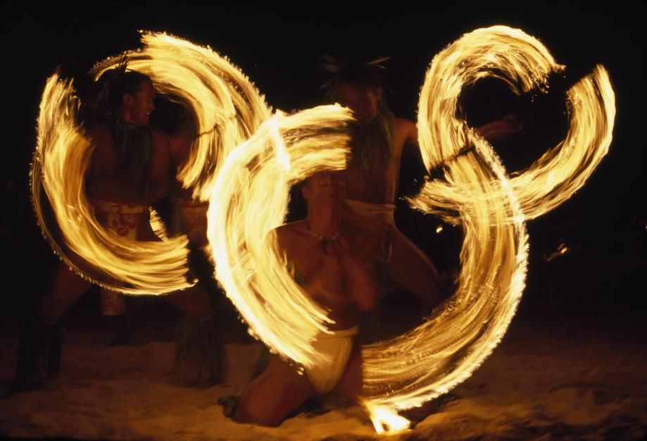 Torch-twirling Tahitians stage a dance at a beachfront resort on Tahiti Island. Polynesia. [Fotografija dneva - avgust 2011]
