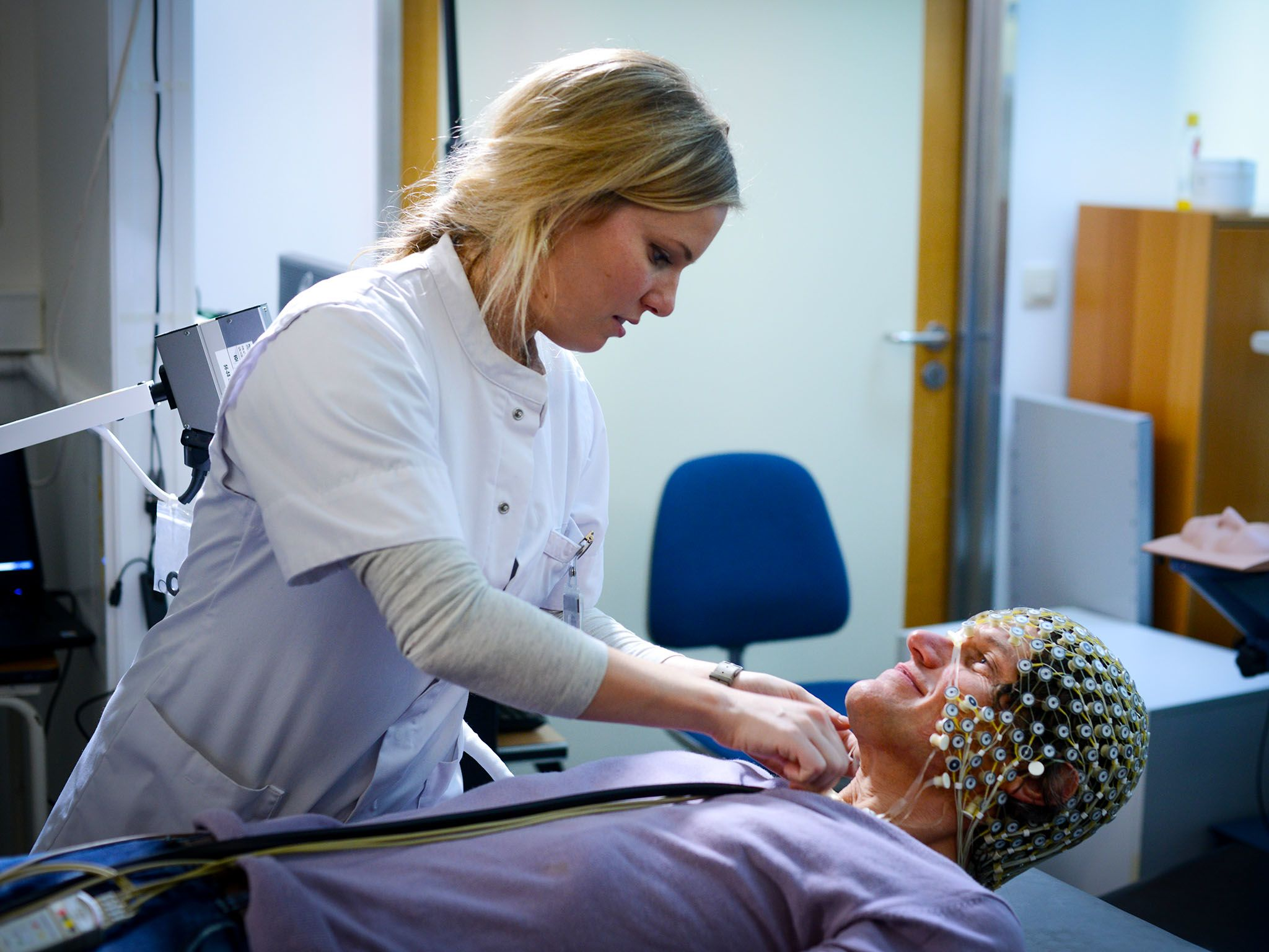 Liege, Belgium: Vanessa Charland setting up the EEG cap for Dr Steven Laureys whilst he's laying... [Photo of the day - ژوئن 2016]
