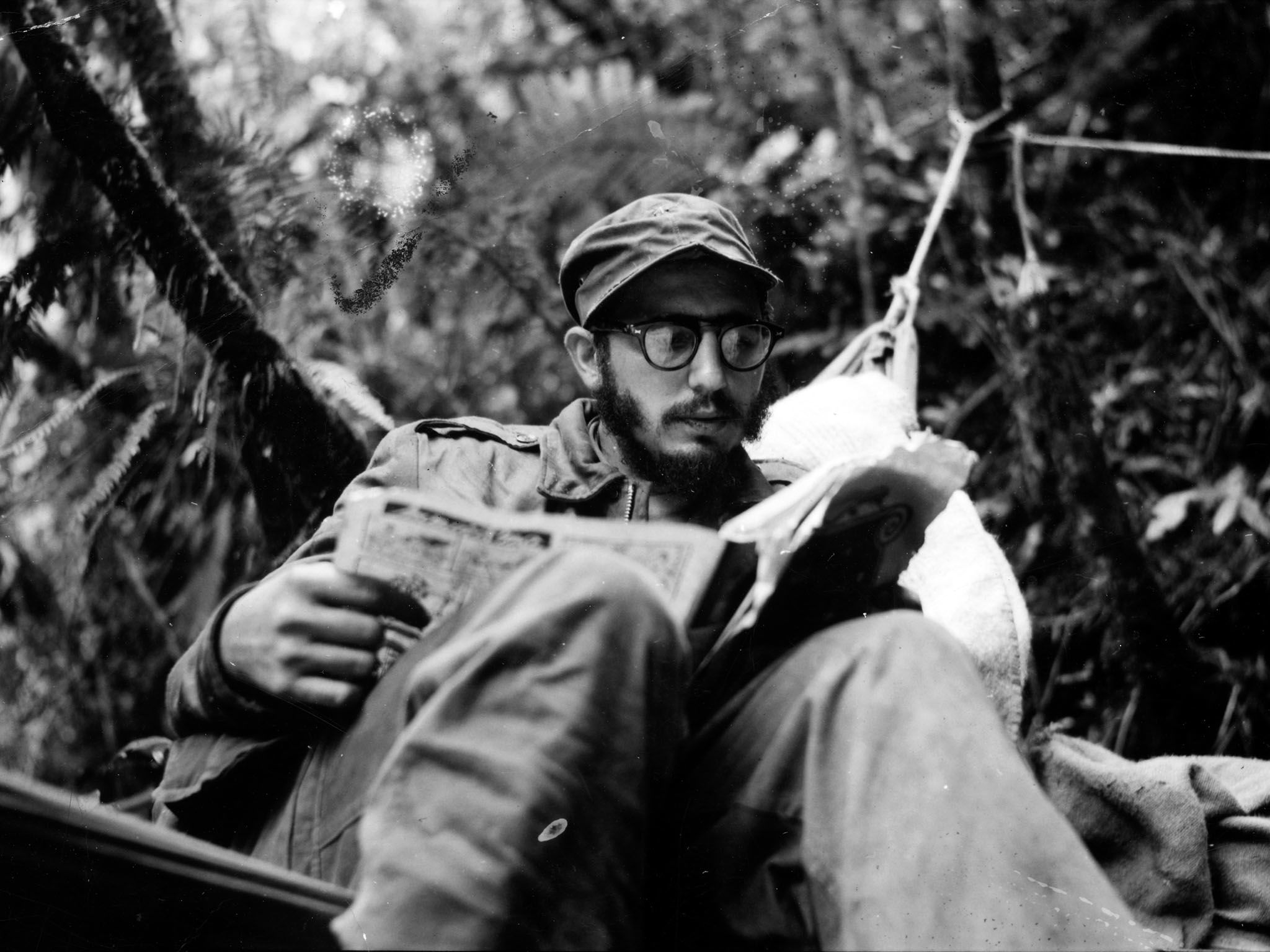 Sierra Maestra Mountains, Eastern Cuba: Fidel Castro catches up on the news at an outpost in the... [Photo of the day - ژوئن 2016]