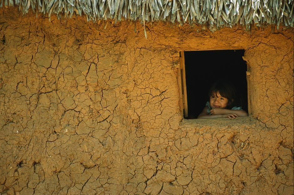 A young girl looks dreamily out of a window in Veracruz State. [Photo of the day - יולי 2011]
