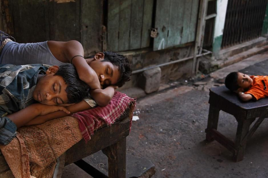 Sleeping children who sweep dust looking for gold in Kolkata. [Photo of the day - יולי 2011]