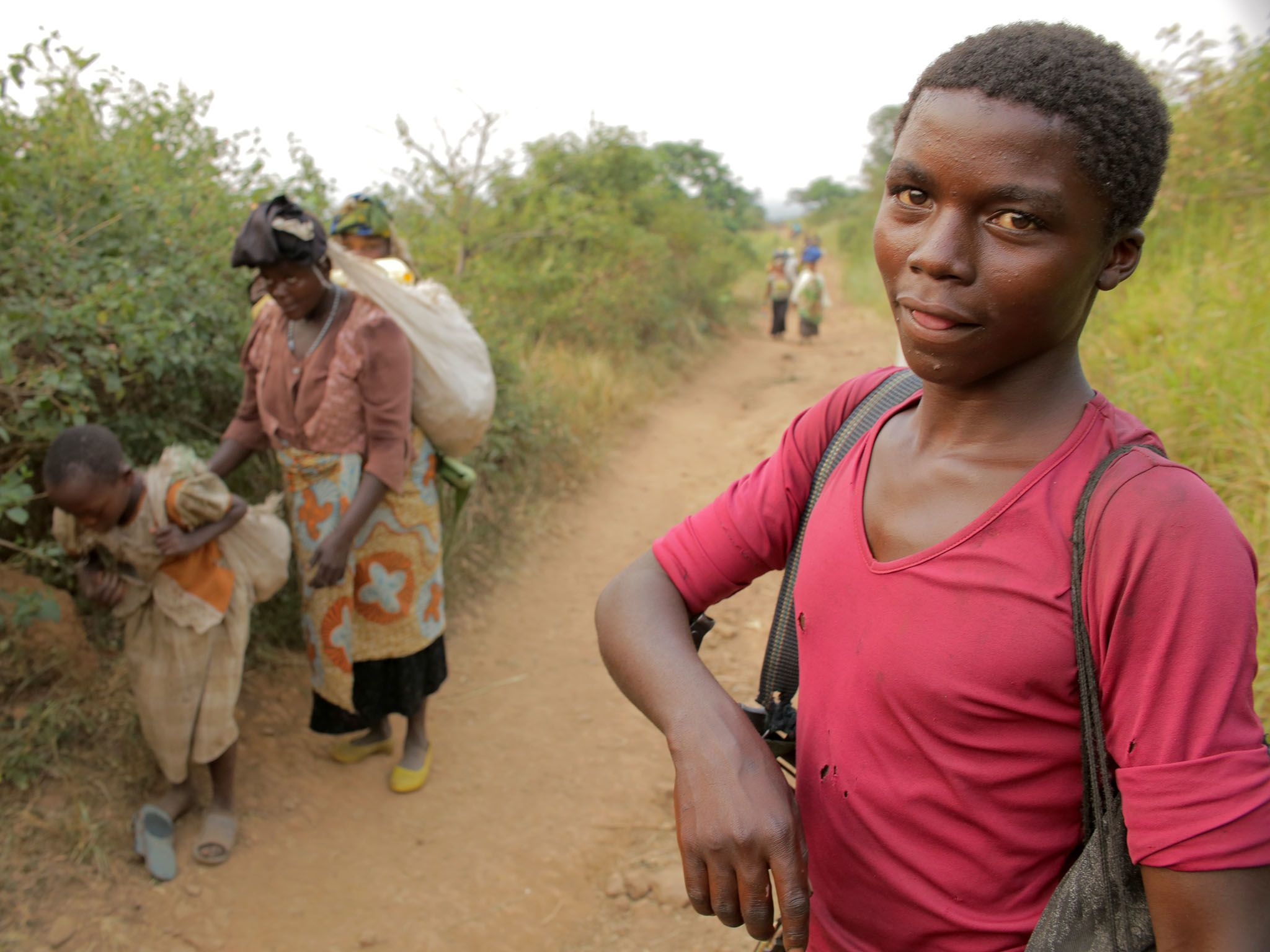 Kafunzo, Democratic Republic Of The Congo: A young Mai Mai soldier hikes to the militia's... [Photo of the day - 七月 2016]