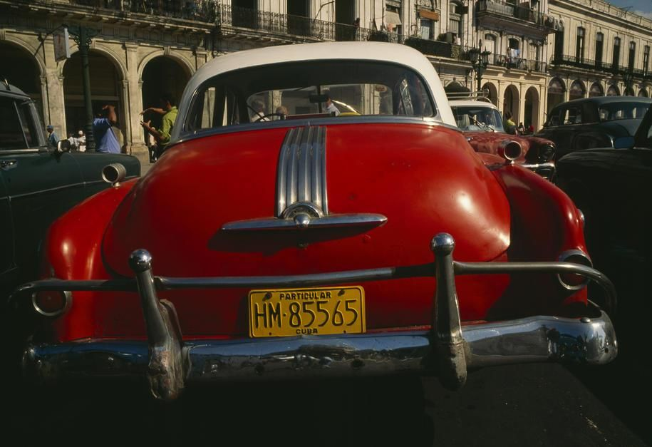 Oldtimers geparkeerd langs een straat in Havana.  [Photo of the day - juni 2011]