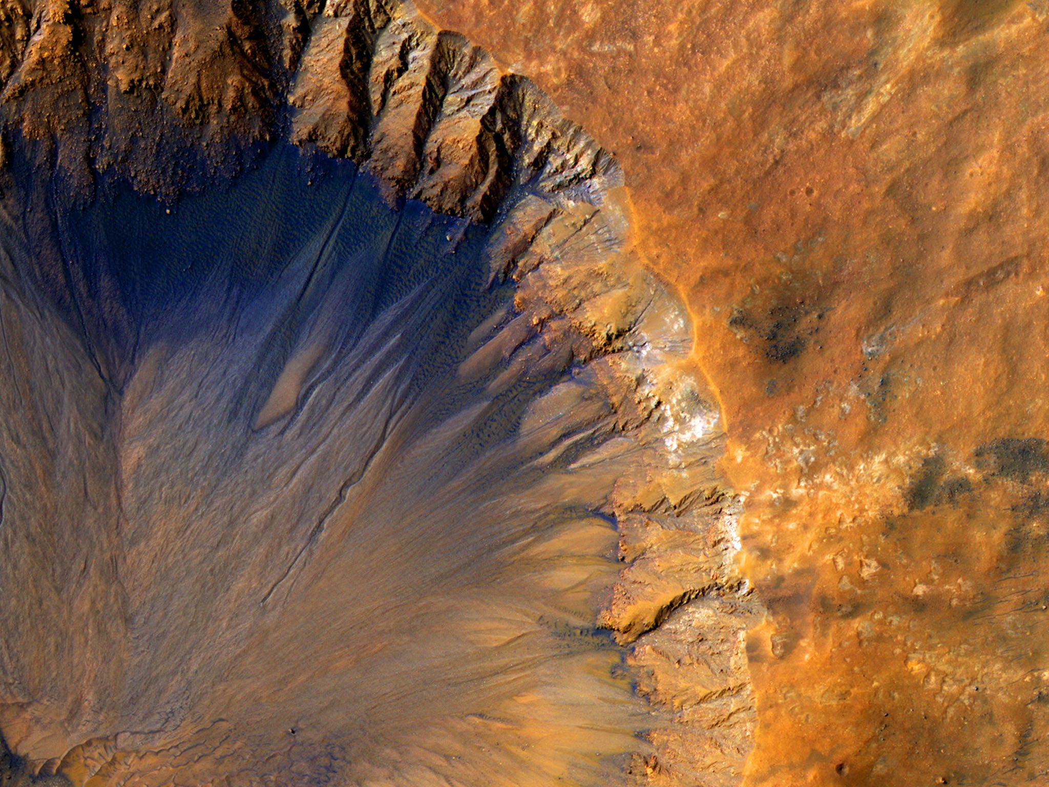 Fresh Crater Near Sirenum Fossae Region of Mars. The High Resolution Imaging Science Experiment... [Photo of the day - دسامبر 2016]
