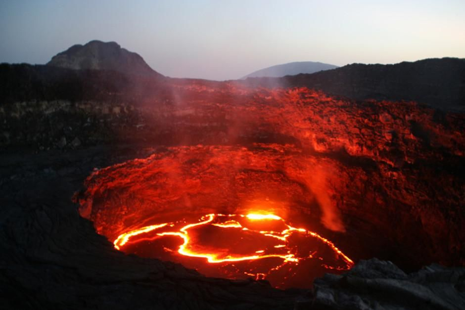 In Ethiopia, Erta Ale's lava lake is alive at night. This image is from Geologic Journey. [Dagens billede - februar 2012]