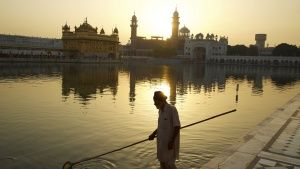 Punjab, India: A man cleans the moat... [Dagens foto - 24 MAJ 2017]