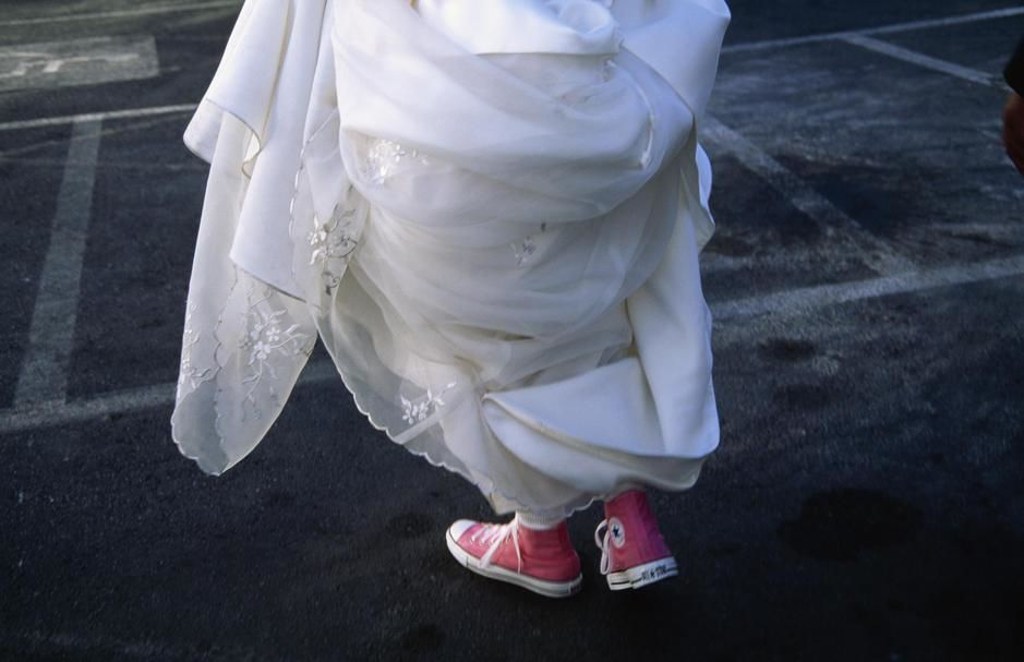 A Las Vegas bride in her gown and pink converse, Nevada. USA. [Dagens foto - augusti 2011]