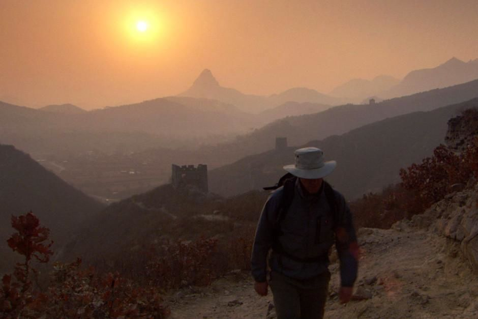 Historian William Lindesay walks along the Great Wall of China. This image is from Trekking The ... [Dagens foto - februari 2012]
