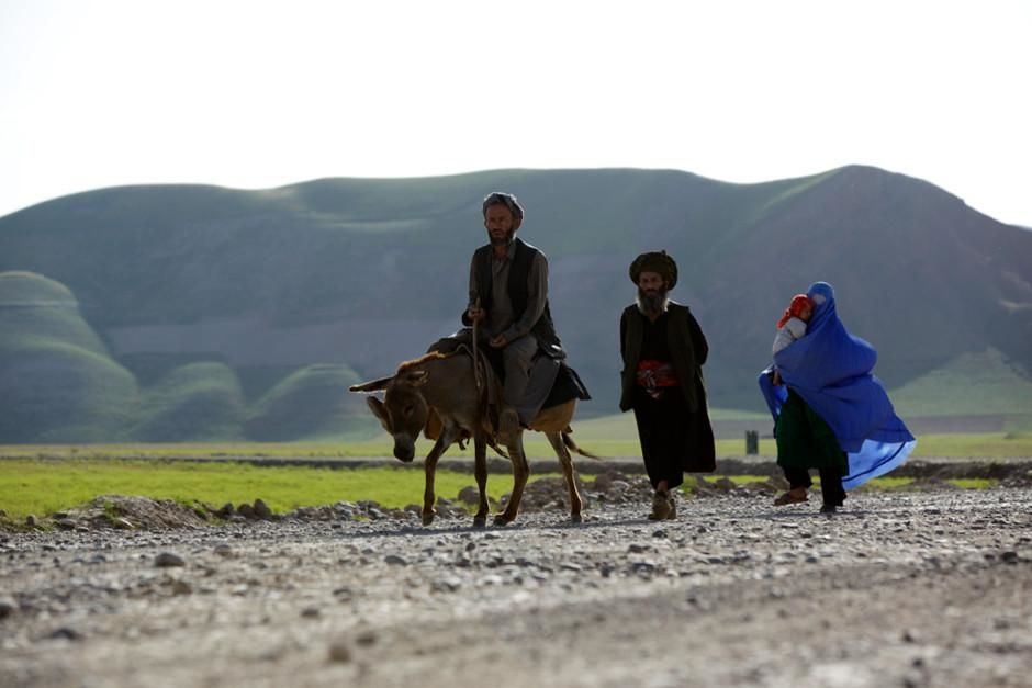 A family in Afghanistan walks along the roadside. This image is from Most Amazing Photos. [Dagens foto - februari 2012]