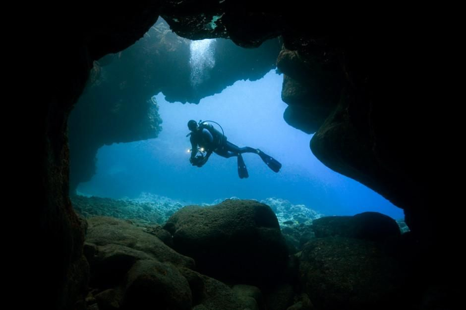 A scuba diver explores a cave near Kona, Hawaii. This image is from Most Amazing Photos. [Photo of the day - februari 2012]