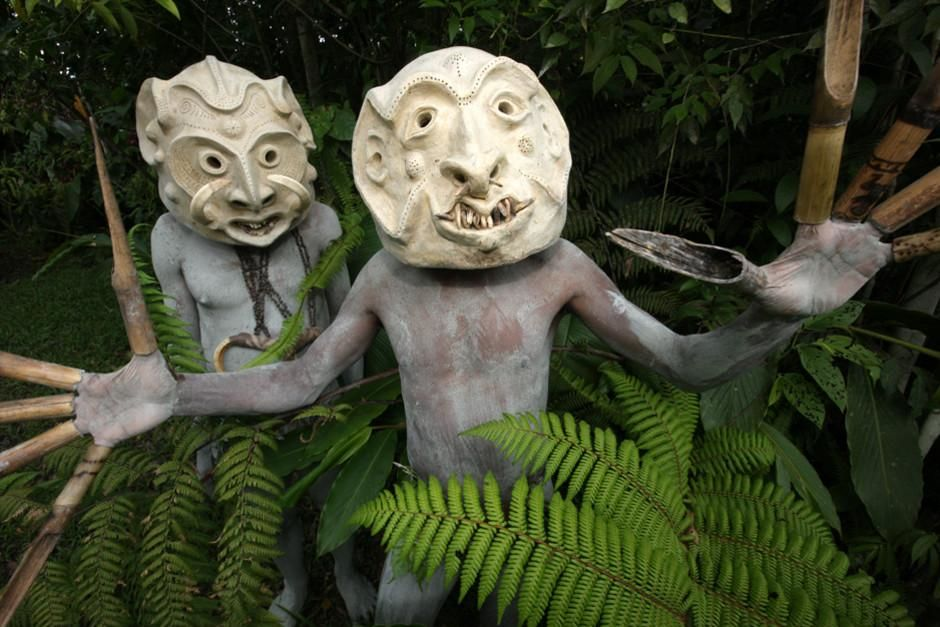 Mudmen from the Waghi Valley Area pose in the shrubbery. Body painting with mud is one of many in... [Dagens billede - februar 2012]
