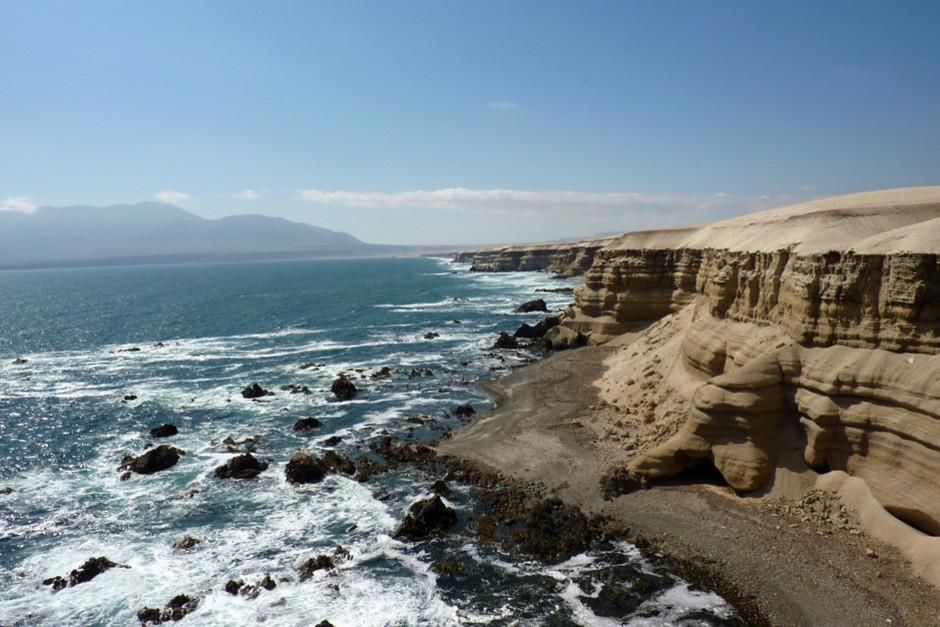 Waves crash violently against the Tocopilla shores of Chile. This image is from Geologic Journey. [Dagens foto - februari 2012]