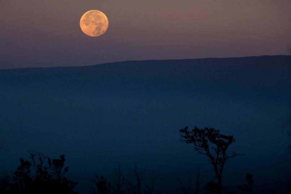 The moon hangs over Mauna Loa, Hawaii. This image is from Most Amazing Photos. [Foto do dia - Fevereiro 2012]