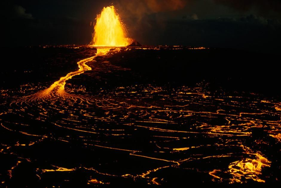 Lava spews from Mauna Ulu, a vent of the volcano Kilauea.  This image is from Most Amazing Photos. [Dagens foto - mars 2012]