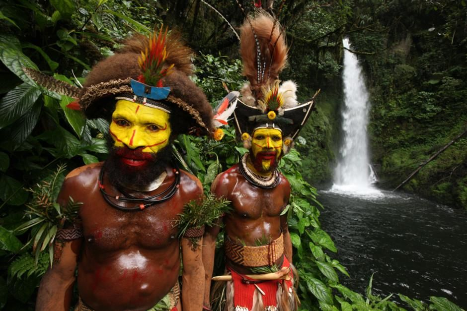 SOUTHERN HIGHLANDS PROVINCE, PAPUA NEW GUINEA: Gibe and Pipe, Huli wigmen, pose for the camera in... [Dagens foto - mars 2012]