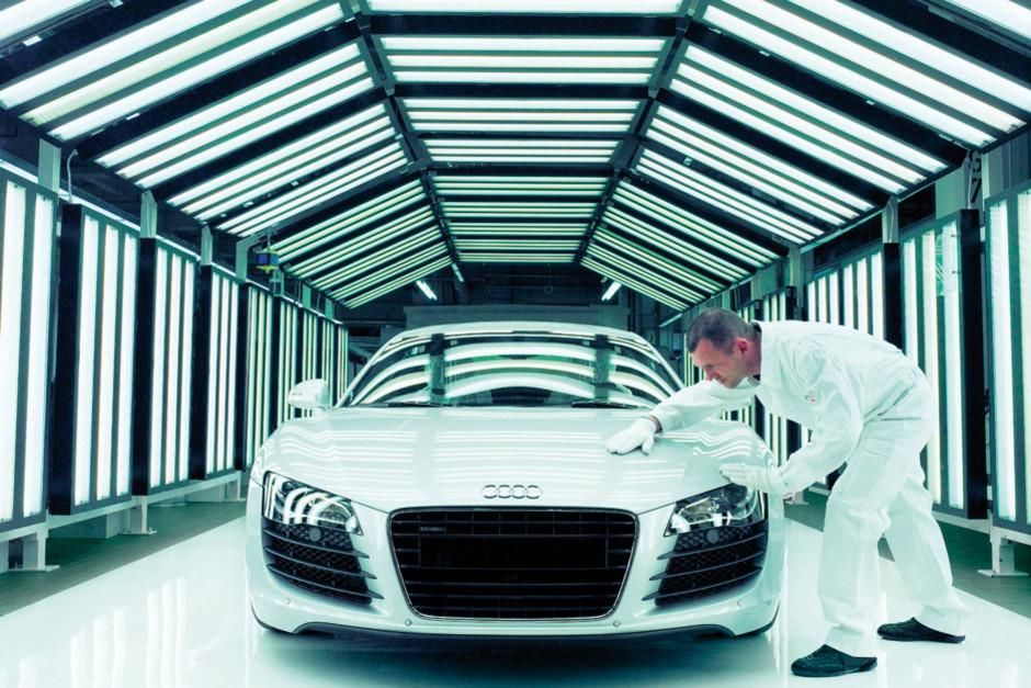 Neckarsulm, Baden-Württemberg, Germany: An Audi staff performs the final inspection of the R8 in... [Dagens foto - mars 2012]