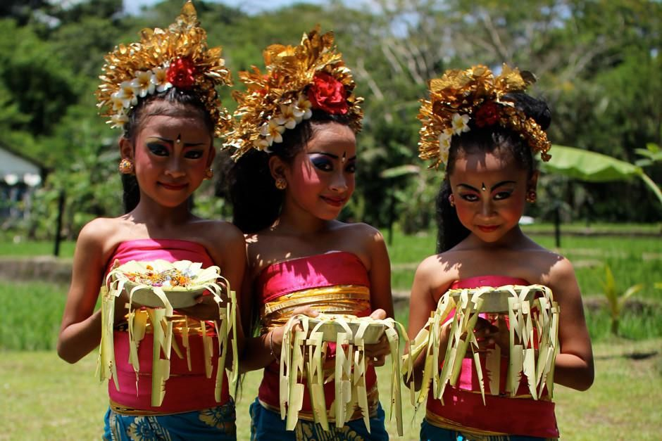 Bali, Indonesia: Young girls with their offerings are ready to perform a traditional dance in Bal... [Foto do dia - Março 2012]