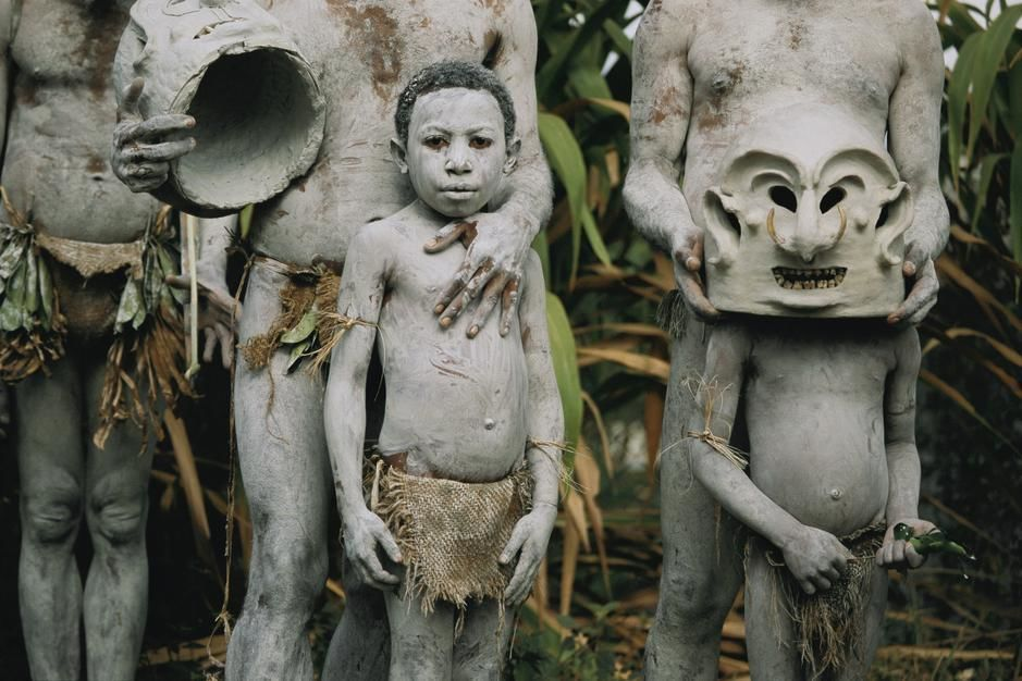 Young Asaro Mudmen at the annual tribal sing-sing at Garoka. Papua New Guinea. [Photo of the day - Agosto 2011]