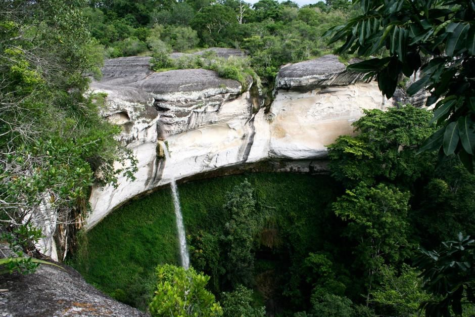 A waterfall in the Gorongosa National Park, Mozambique.   This image is from Africa's Lost Eden. [תמונת היום - אפריל 2012]