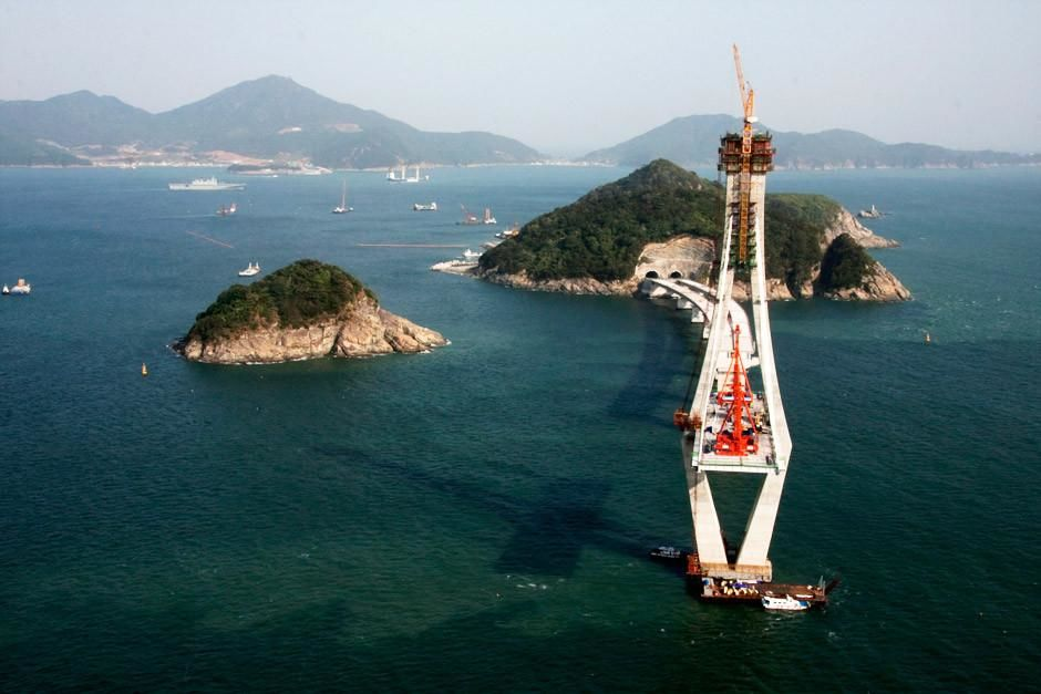 Jinhae Bay, Gyeongsangnam-do, South Korea: View from the top of the pylon at the two-pylon cable-... [Dagens billede - april 2012]