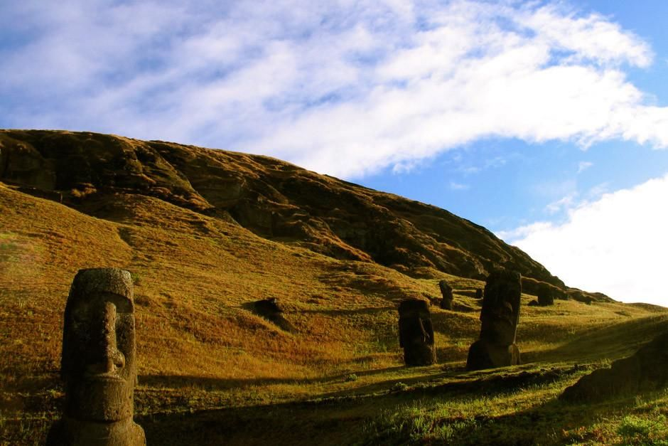 Paaseiland: Een groot Moai-beeld staat aan de rand van de Rano Raraku steengroeve. De foto komt u... [FOTO VAN DE DAG - april 2012]