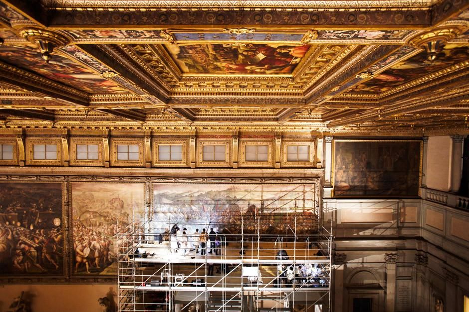 Florence, Italy: Restorers and scientists work on the platform while looking for the lost Leonard... [Dagens foto - april 2012]