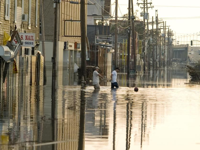 People walking the flooded streets of New Orleans after Hurricane Katrina in 2005, New Orleans. USA. [Fotografija dneva - avgust 2011]