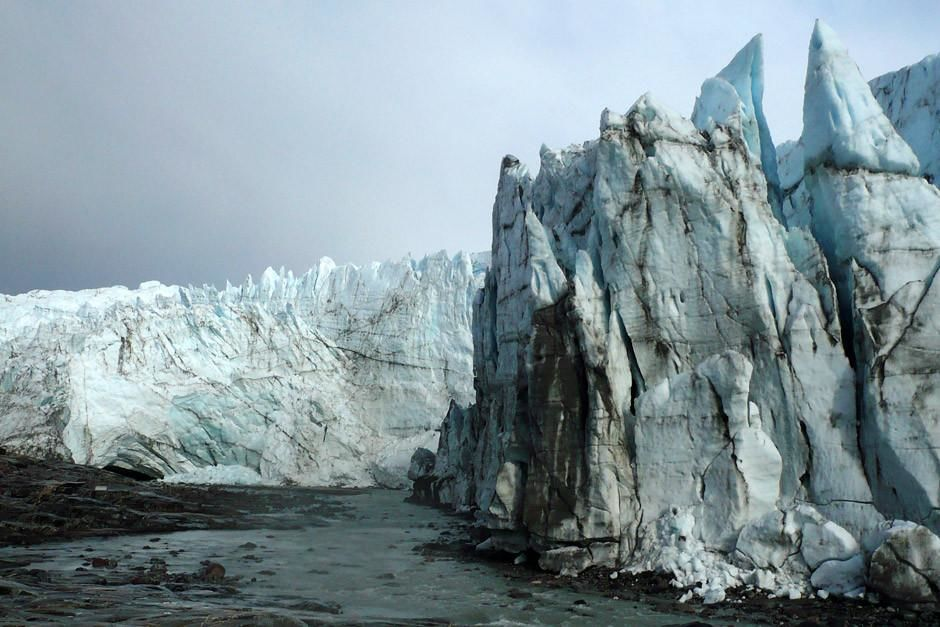 Groenland: Gros plan sur un glacier dont la glace fond et se transforme en eau  sa base. Cette ... [La photo du jour - avril 2012]