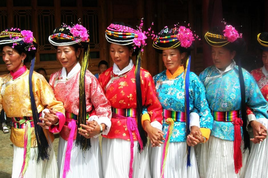 Traditioneel geklede Musuo-vrouwen in China. Elk jaar verzamelt het dorp zich om hun oppergod... [Photo of the day - april 2012]