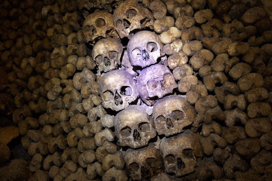 A stack of skulls lie in the Catacombs beneath Paris.  This image is from Most Amazing Photos. [Fotografija dana - travanj 2012]