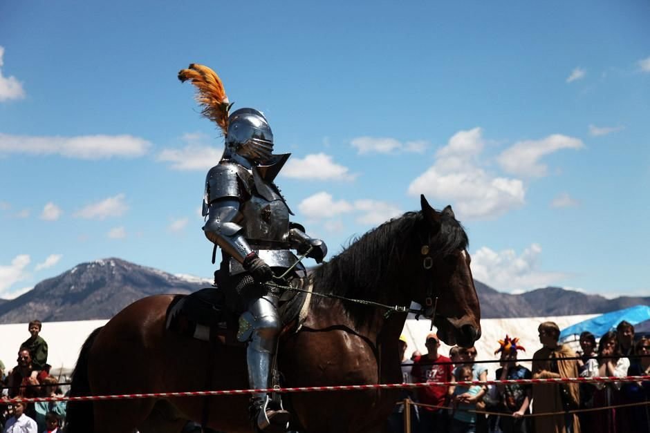 Ogden, Utah: A knight rides in heavy armor at the full contact jousting tournament at the Utah Re... [Fotografija dneva - april 2012]