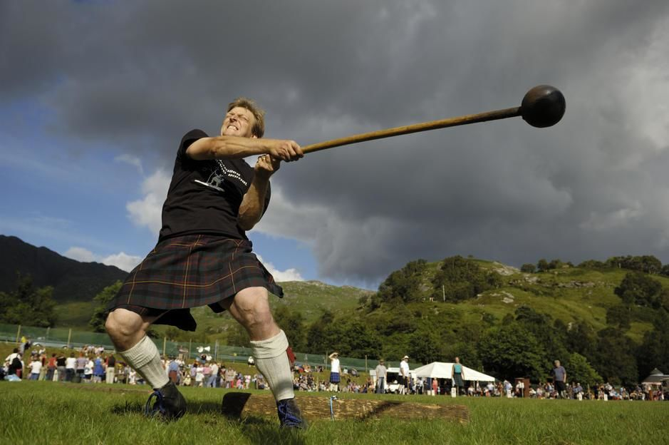 A kilted man throws a pole at the Glenfinnan Highland Games in Scotland. UK. [Dagens foto - september 2011]