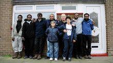 De indfødte kommer til byen i England Program