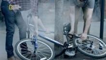 Un vélo pris au piège Voir la fiche programme